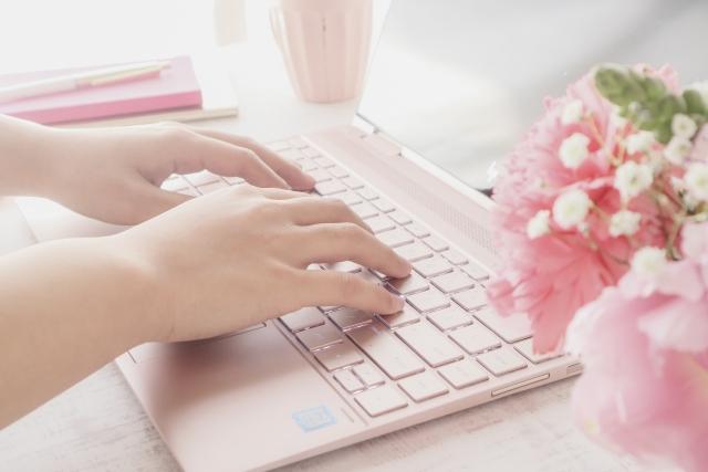 パソコンを触っている女性の画像