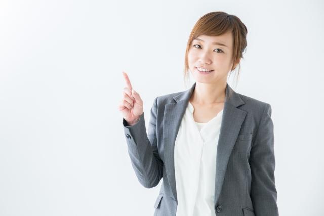 家に帰りたい病の対処法を教えるような指をさしているポーズをしている女性の画像