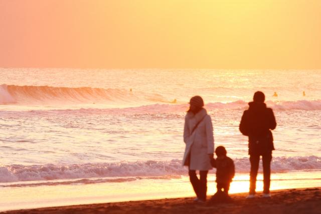 愛を感じる夕焼けを散歩する家族の画像