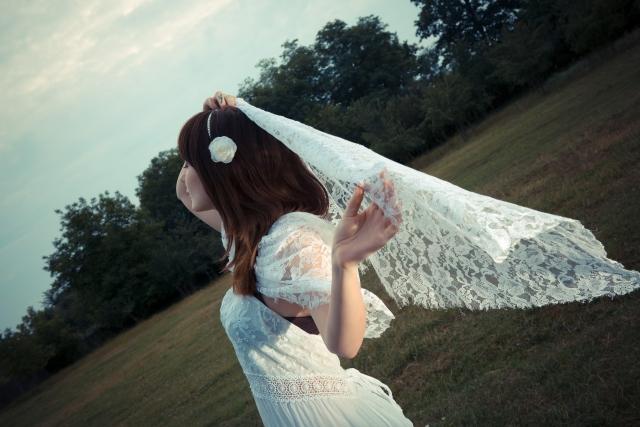 白いワンピースを着ている女性の画像