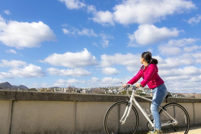 本来の自分を手に入れてサイクリングしている女性の画像
