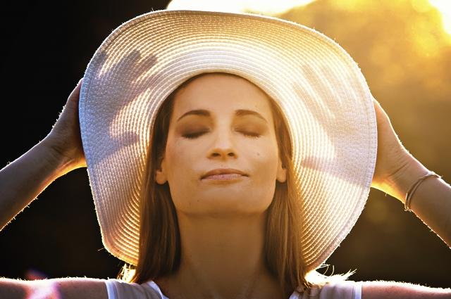 防止をかぶって目を閉じている女性の画像