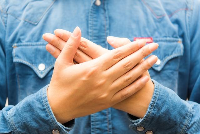 両手を胸にあてている女性の画像