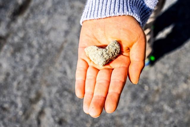 ハートの石を手に持っている画像