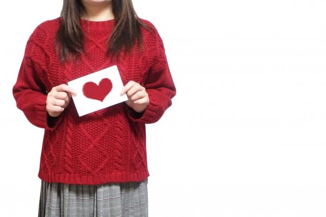 手紙を両手を持っている女性の画像