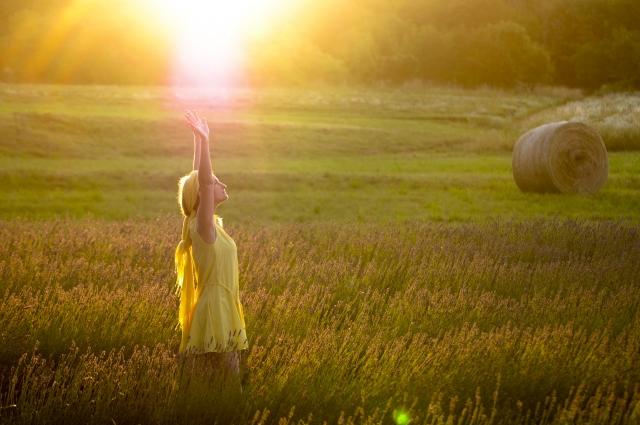 縁がある人とはまた繋がれると両手を天に向けている女性の画像