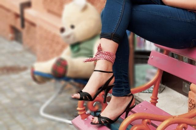 華がある人の脚を組んでいる女性の画像