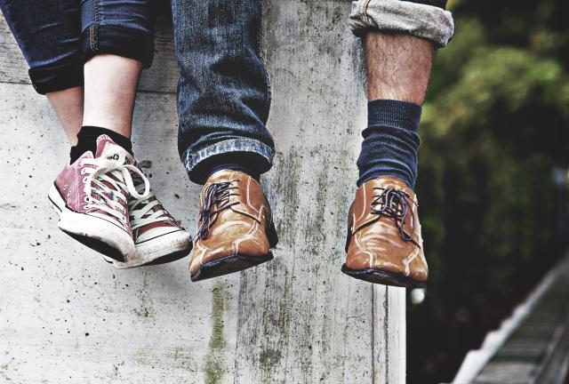心が苦しい時に大切な人と一緒にいるカップルの足元の画像