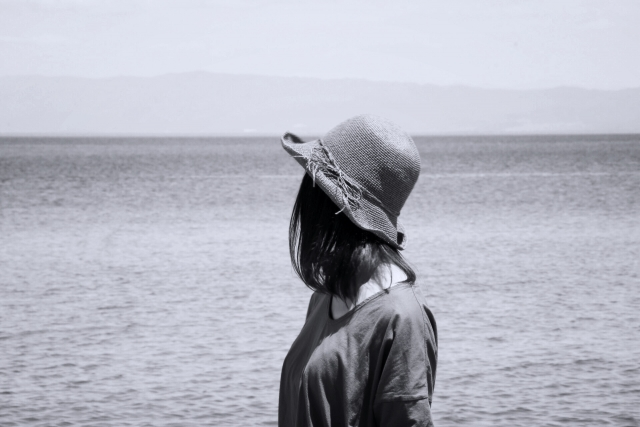 心が壊れそうな人が海を眺めている女性の画像