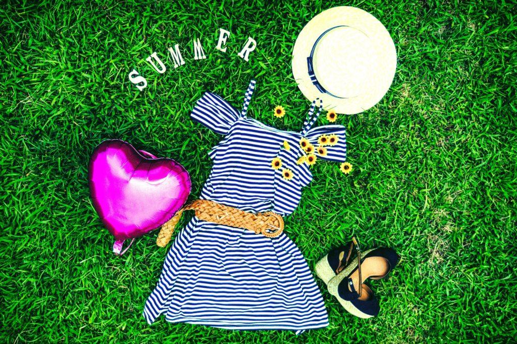夏らしい服や靴や帽子の画像