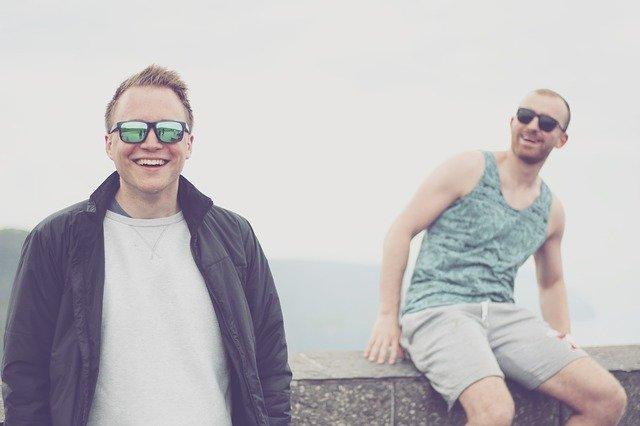 二人の外国人男性の笑顔の画像