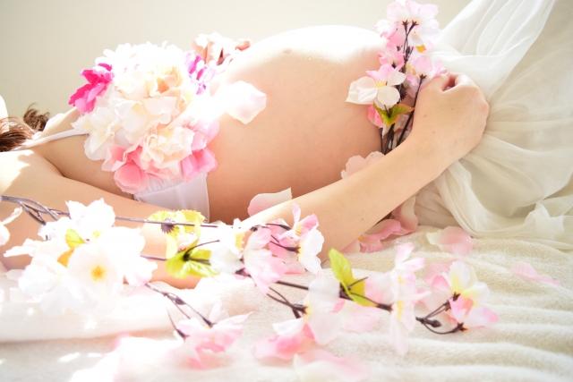産後ファスティングについて調べている妊婦が寝っころがっている画像