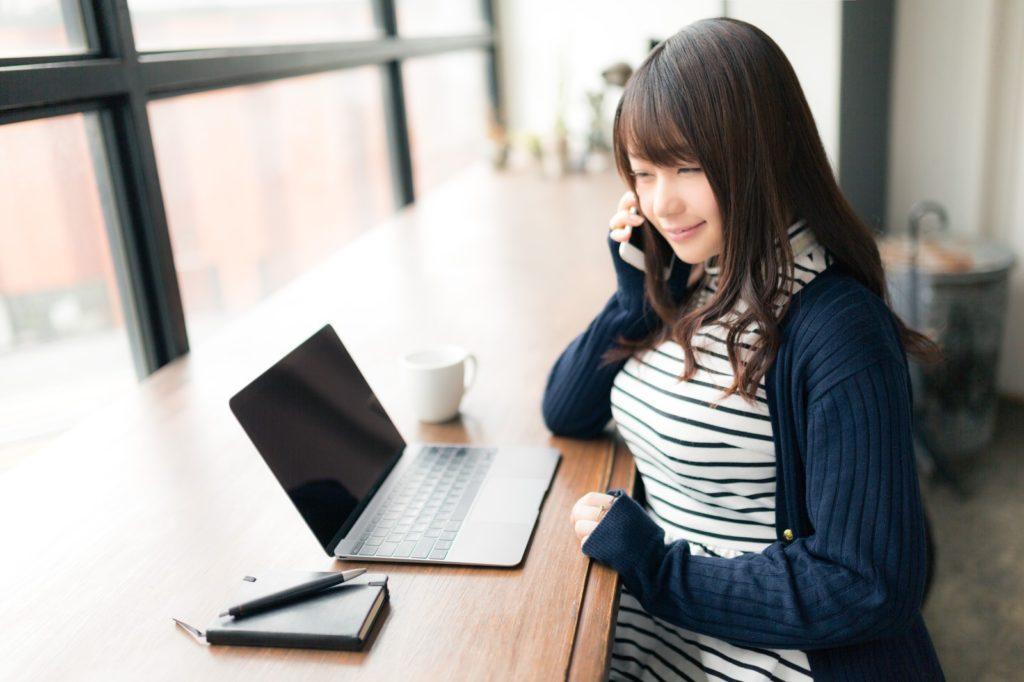 フリーランスで失敗しない3つの方法を電話で教えている女性の画像