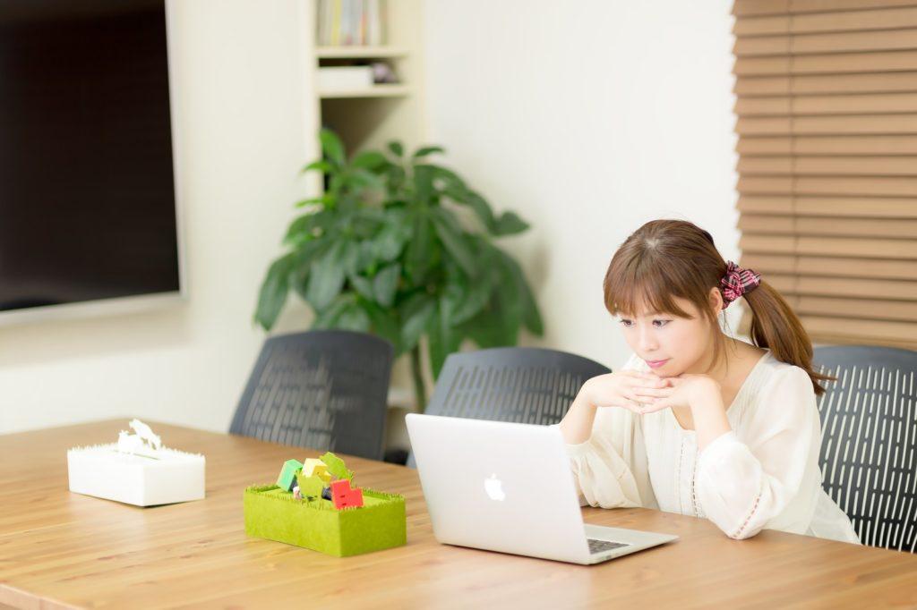 フリーランスでパソコン仕事している女性の画像