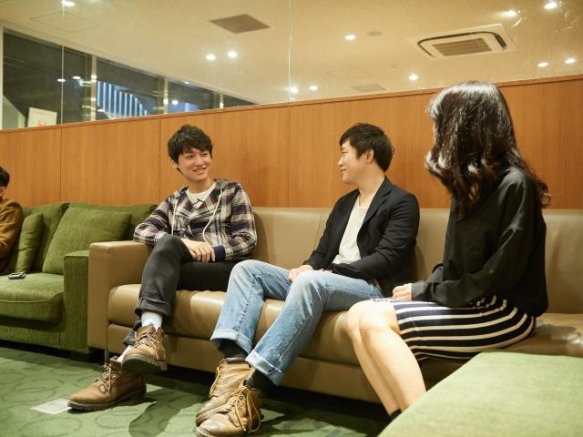 フリーランスで働く男女3人が、仕事がない人の特徴を話し合っている画像