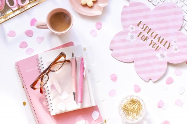 集客力を付けるために用意したピンクのパソコンとノートの画像