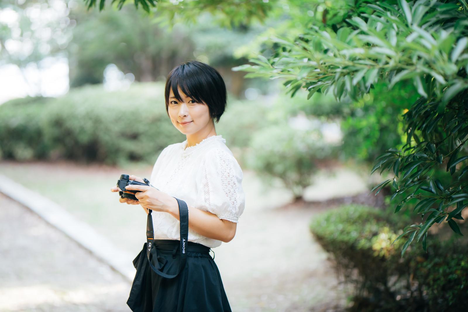 フリーランスの生き方を決めてカメラを持っている女性の画像