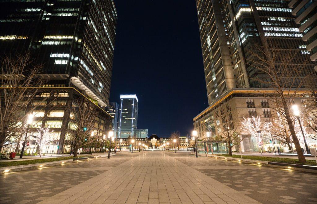 東京駅周辺のビルの風景の画像