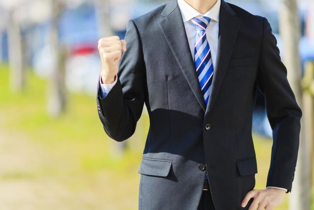 フリーランスに年齢は関係ないとガッツポーズをしているスーツ姿の男性の画像