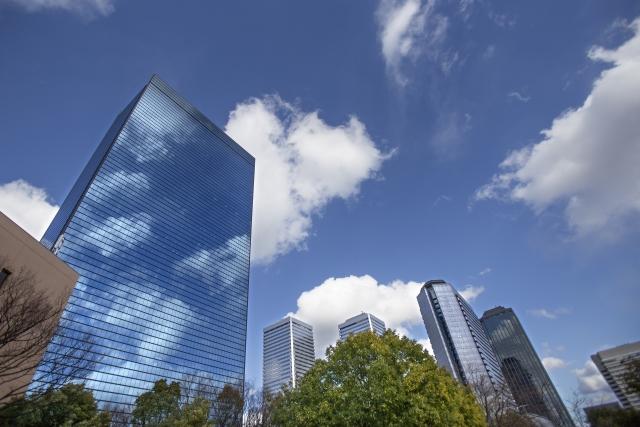 高層ビルの街並みの画像