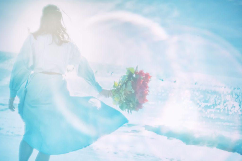 泣きたい時にオススメの海で散歩している女性の画像