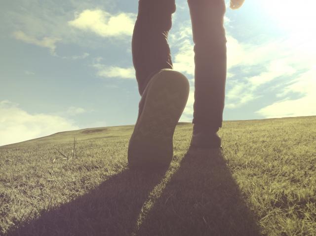 人生疲れたと悩みながら前へ進もうと一歩足を踏み出している画像