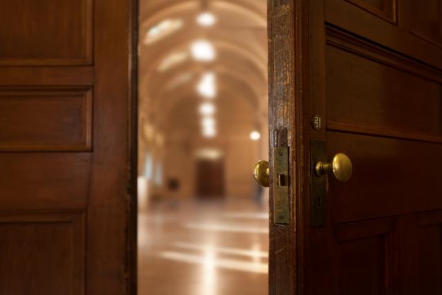 教会の扉を開いている画像