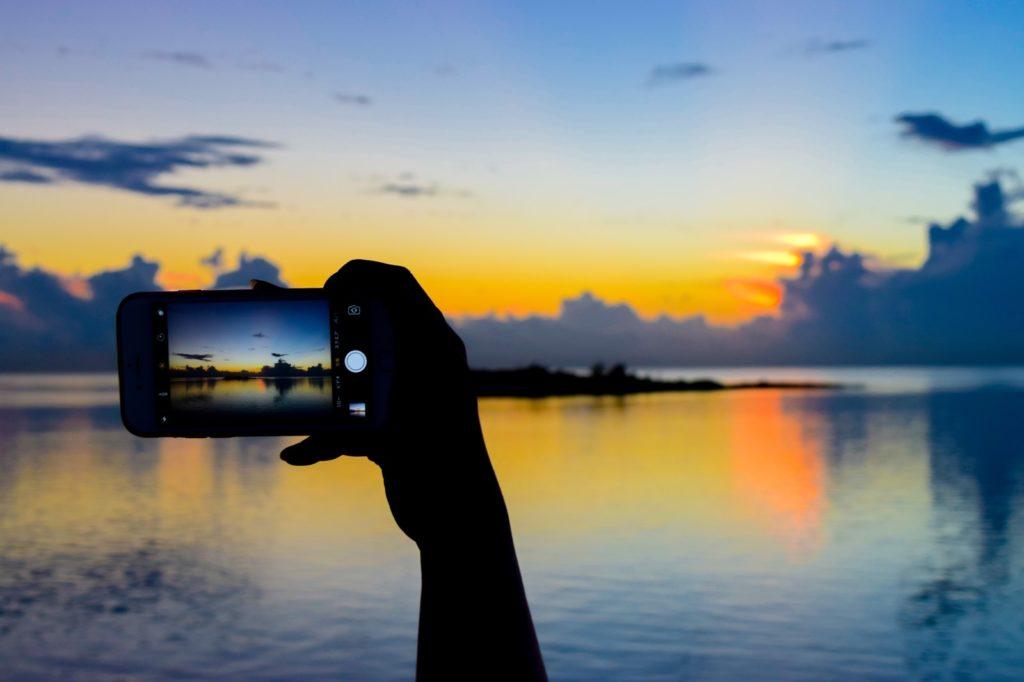 スマホで綺麗な海を撮影している画像