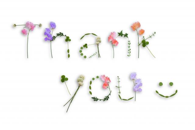 お花でthank youの形を作っている画像