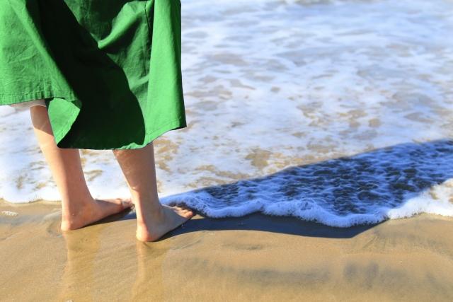 海岸で自分は自分と立ちすくんでいる女性の画像