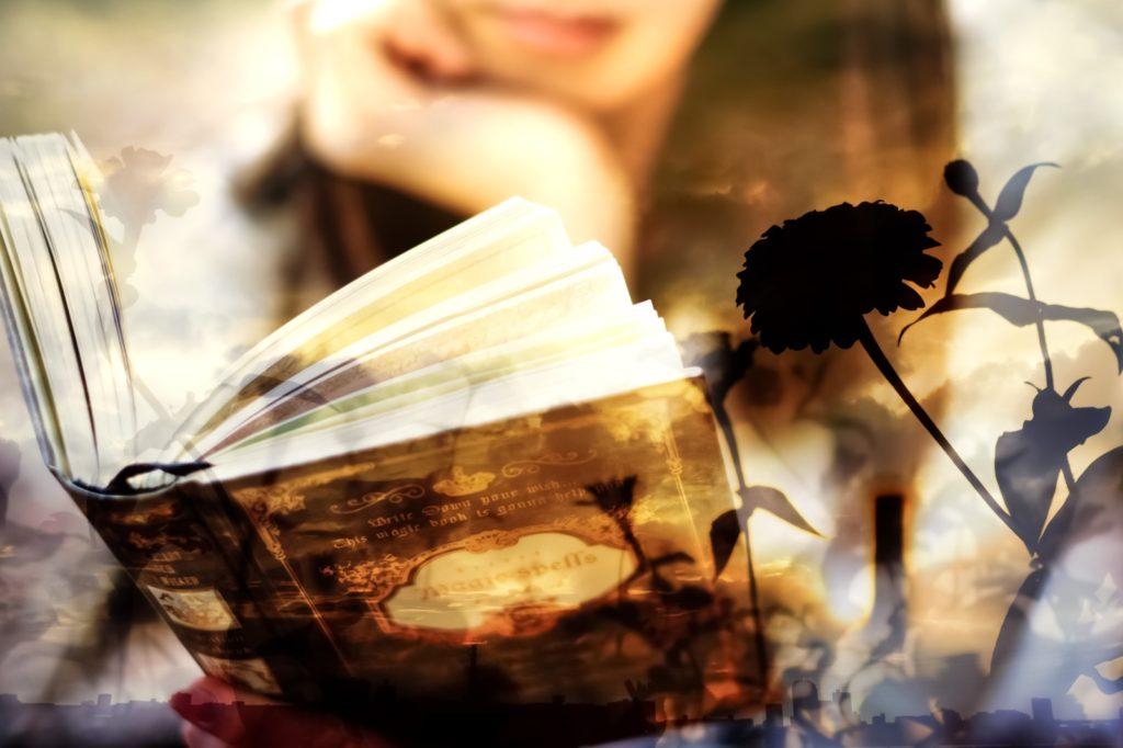 嫌われていることに気づかない人の特徴を本を読んで調べている女性の画像