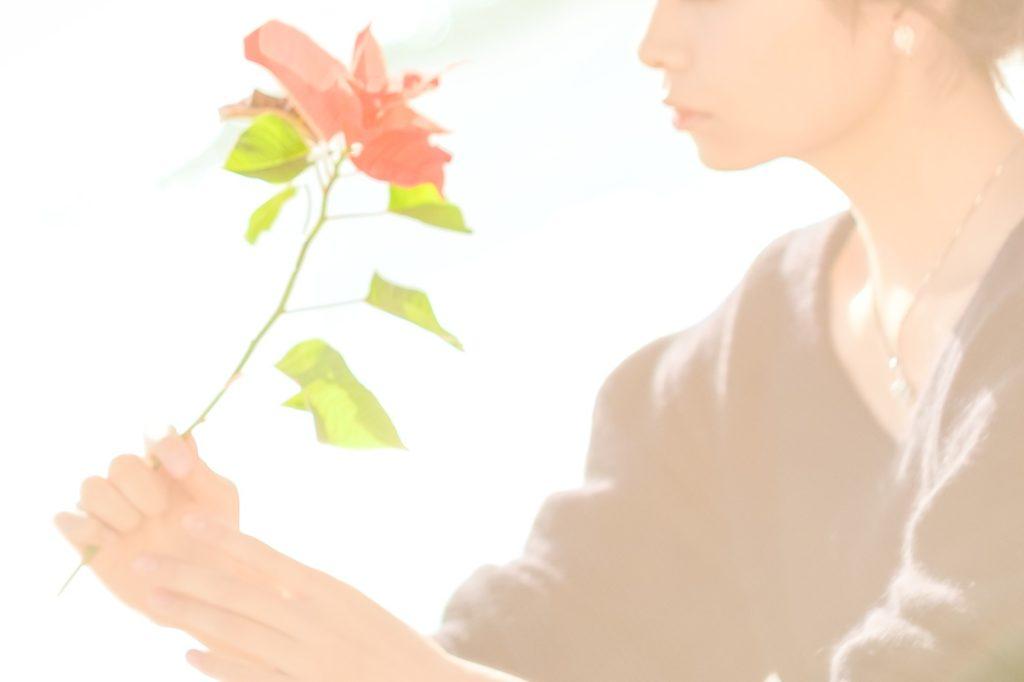 一凛の華を眺めている女性の画像