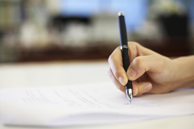 継続は力なりとノートに書いている女性の手元の画像