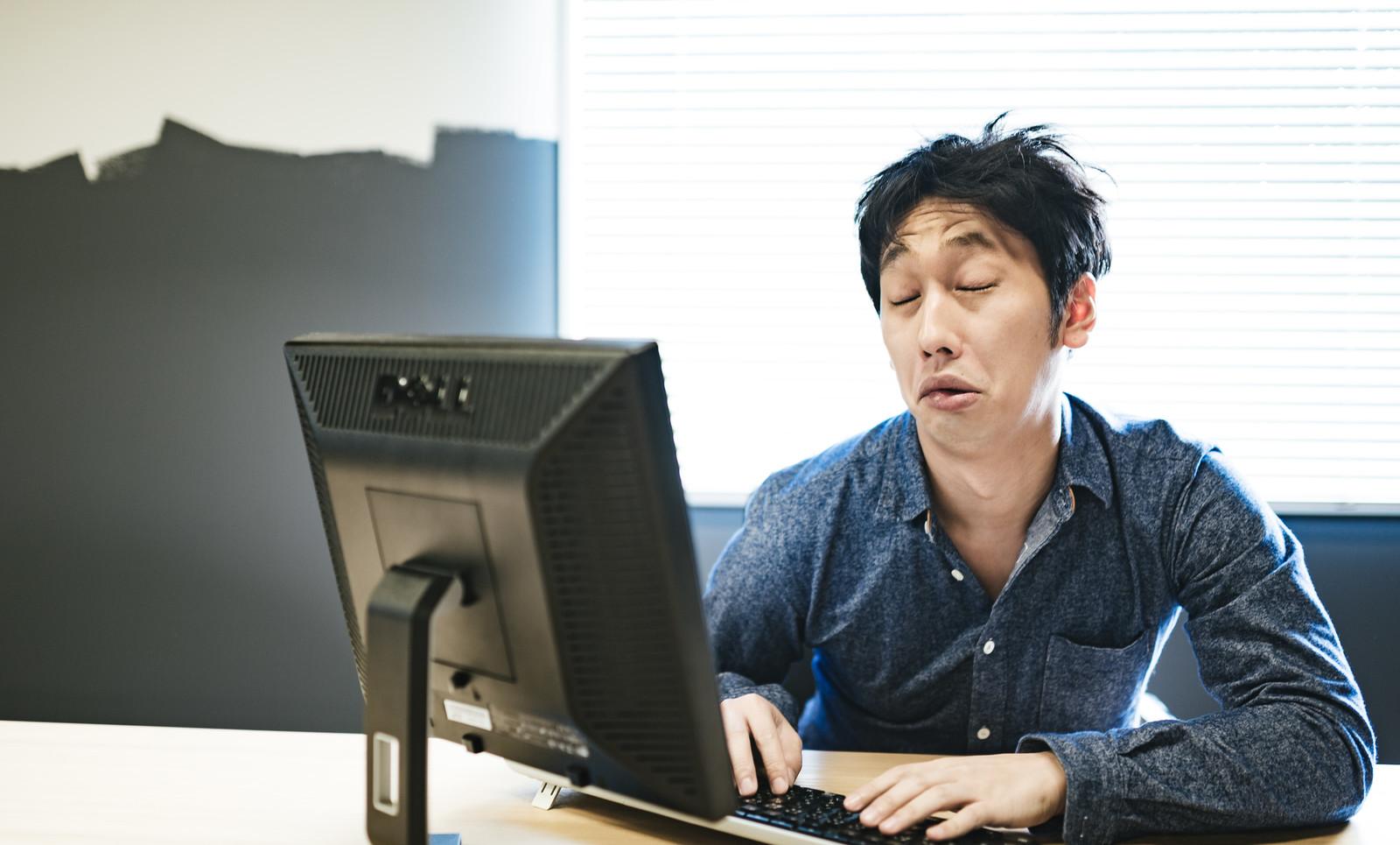 辛い苦しい助けてと心の声が漏れている疲れた男性の画像
