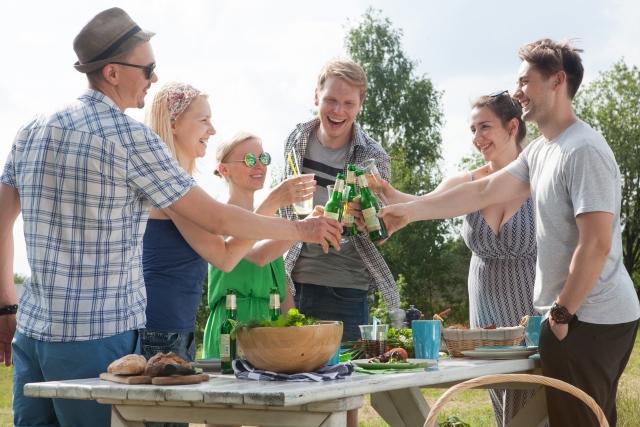 6人の男女がパーティーをしている画像