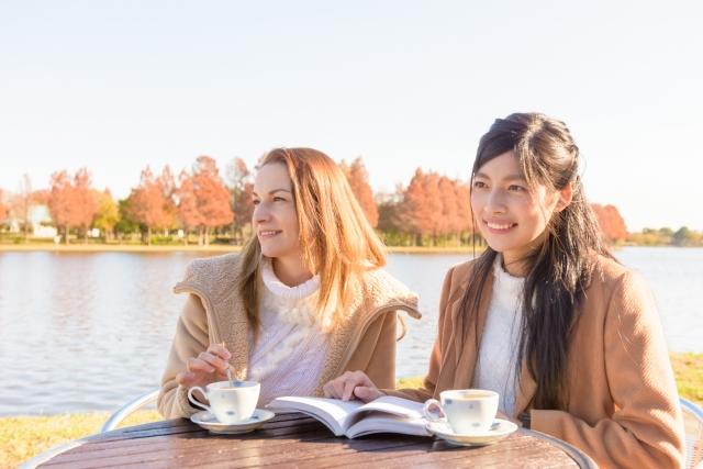 褒め言葉を練習している女性二人の画像