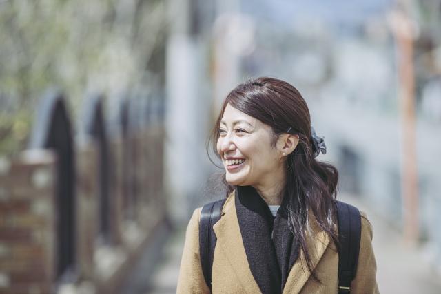 笑顔の女性の横顔の画像
