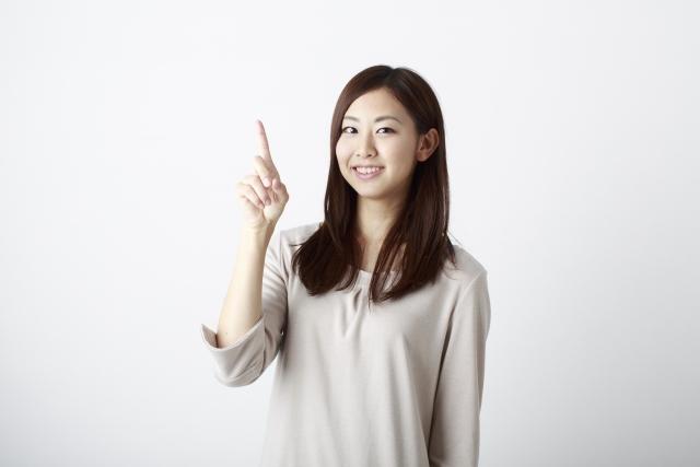 何のために生きるのかを悩んでいる時はチャンスと指をさして教えてくれている女性の画像