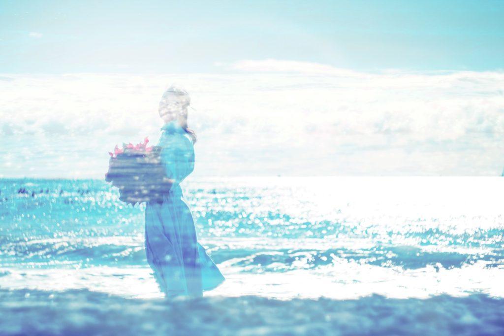 泣きたい時こそ自分の気持ちに素直になると学んで、海を歩いている女性のシルエットの画像