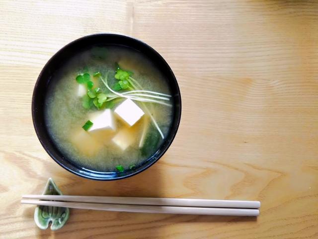 味噌汁とお箸の画像
