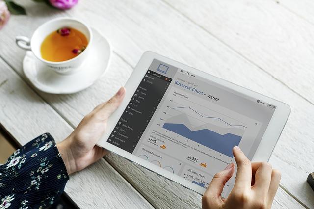ブログのアクセスが増えないとタブレッドでグラフをチェックしている画像