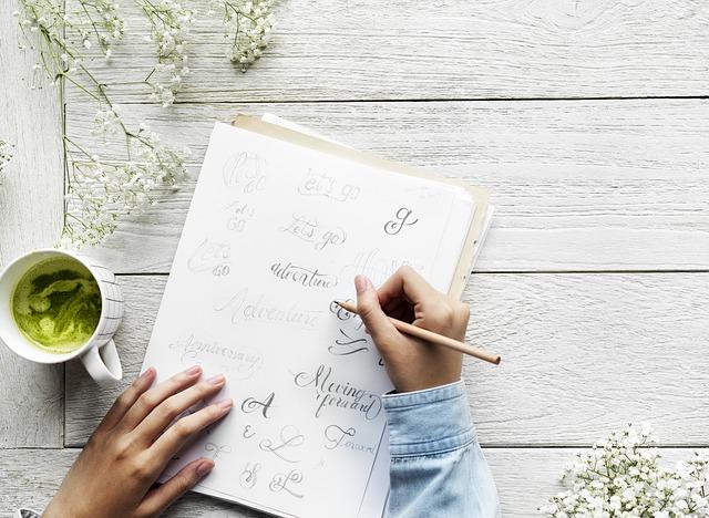 ブログは更新頻度よりも記事のクオリティが大事とノートにレポートとしてまとめている男性の手元の画像