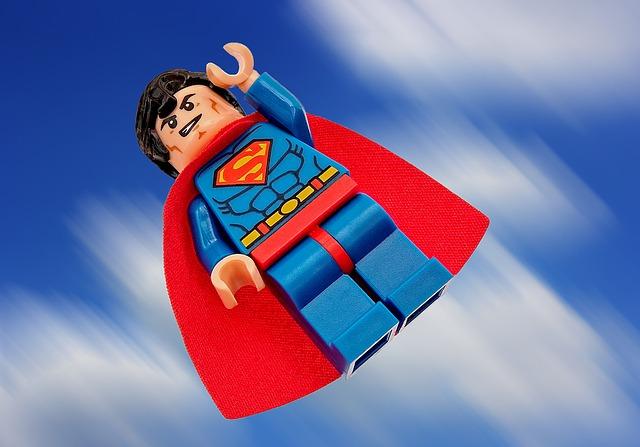 レゴのヒーローが飛んでいる画像