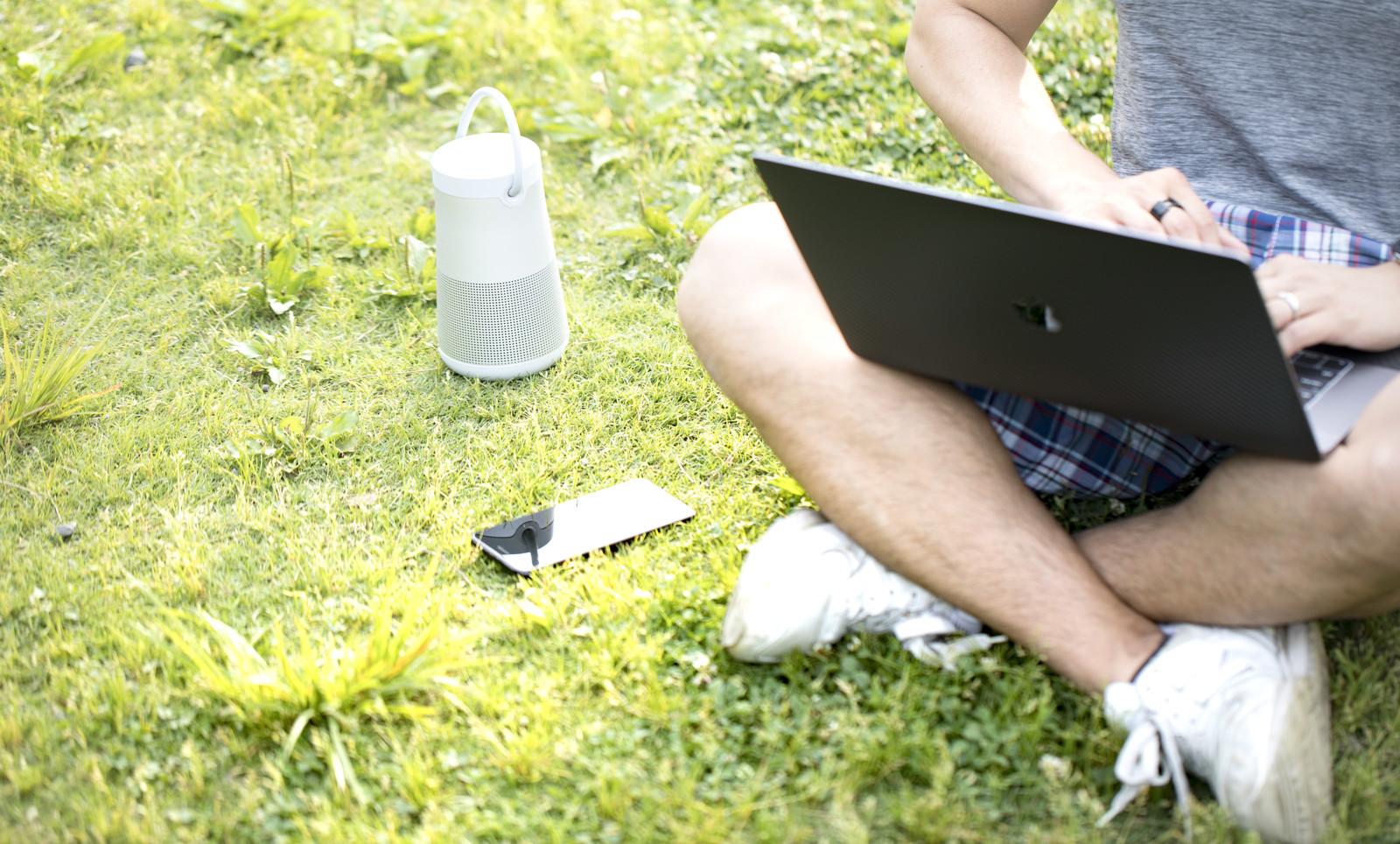 ブログで稼ごうとライターに記事を頼もうかパソコンで探している男性の画像