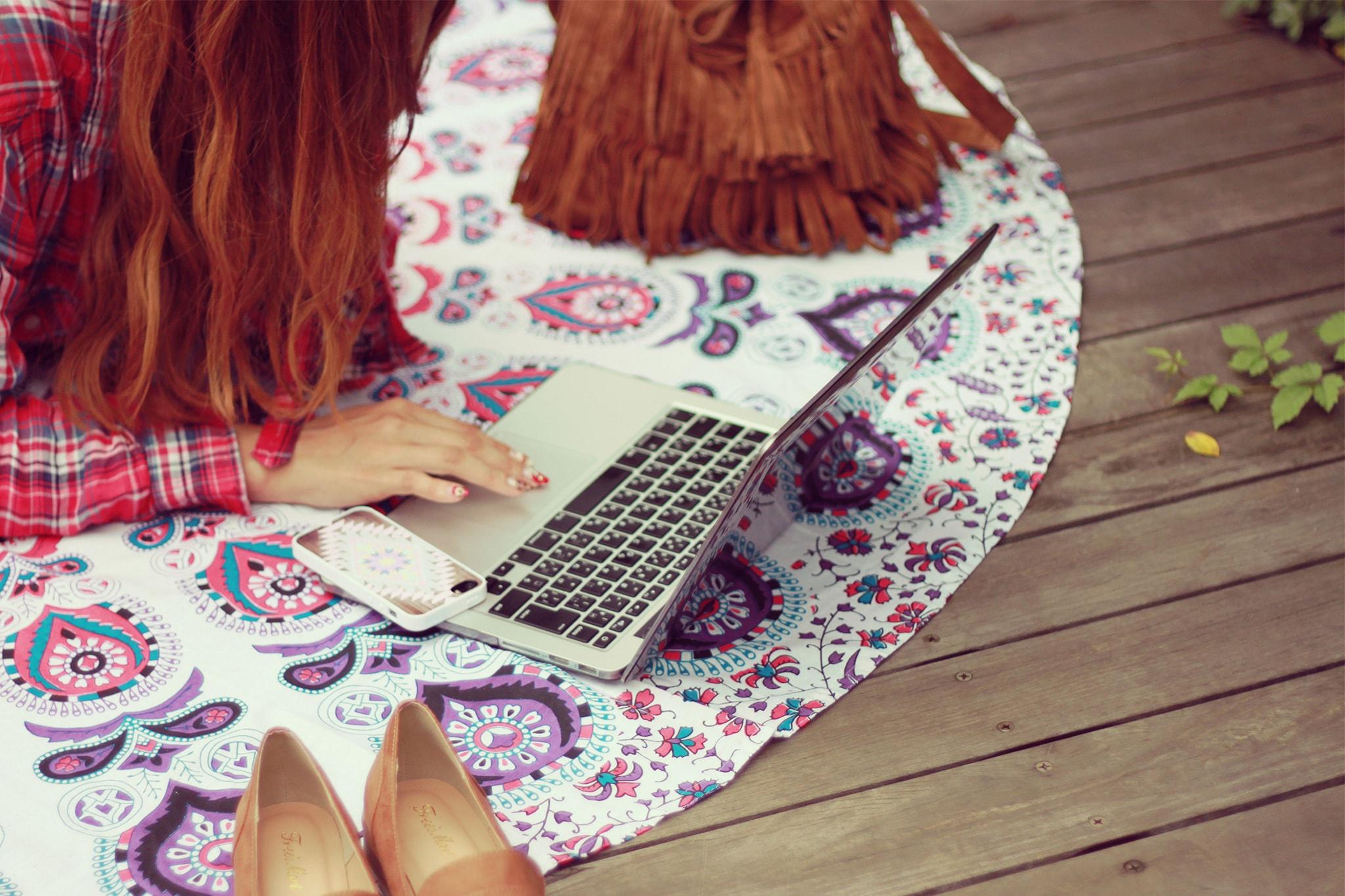 ブログアフィリエイトの魅力についてパソコンで記事を書いている女性の画像