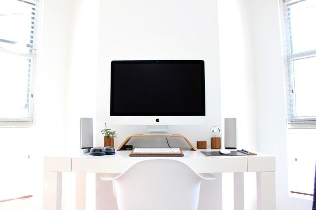 パソコンを用意してブログアフィリエイトの始め方を調べるところの画像
