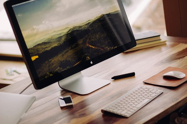 パソコンでブログを書いている女性の手元の画像