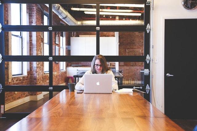 パソコンでブログアフィリエイトしている挫折しそうな雰囲気の女性の画像