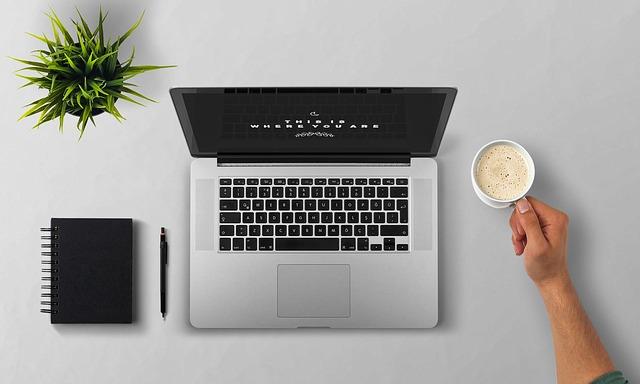 ブログ用のパソコンとコーヒーの画像