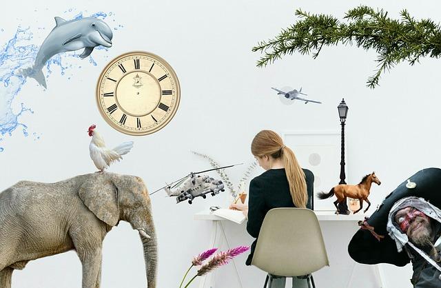 象やイルカなど、幻想的な空間の中パソコン作業している女性の画像